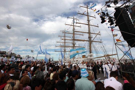El buque escuela entró a la instalación portuaria a la hora señalada. Foto: LA NACION / Guadalupe Aizaga