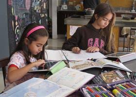 Ema y Paloma hacen sus respectivos deberes con la ayuda de sus iPad, una herramienta de la que no se separan
