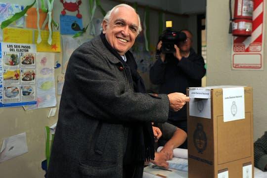 El precandidato por la Lista UNEN Ricardo Gil Lavedra emite su voto en el marco de las PASO. Foto: Télam