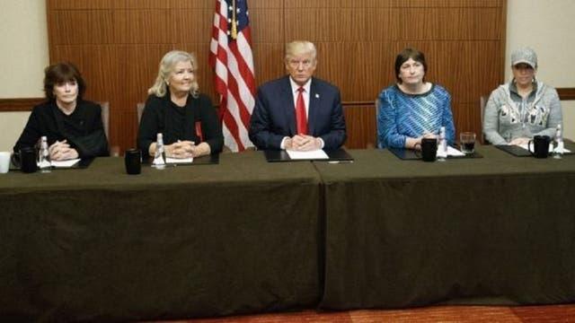 La conferencia previa al debate de Donald Trump con las cuatro mujeres (de izquierda a derecha): Kathleen Willey, Juanita Broaddrick, Kathy Shelton y Paula Jones.