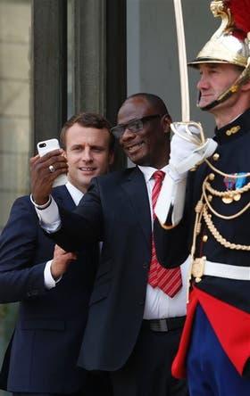 Todos quieren una foto con Macron, el hombre del momento