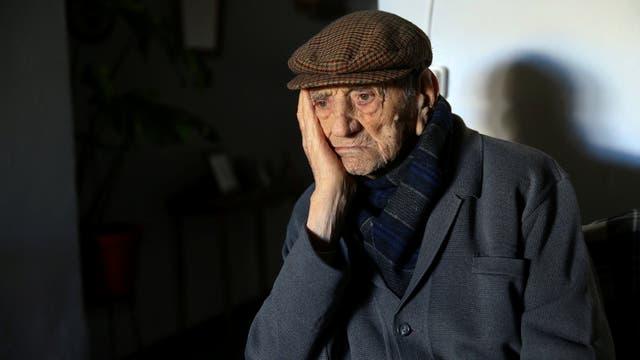 Francisco Núñez, de 112, posa para un retrato en su casa en Badajoz, sur de España,