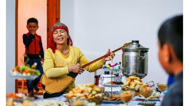 Akkenzhe Abdiyeva toca la dombra durante una cena en su casa en el pueblo de Bogen, poblado por unas 1.000 personas, es un antiguo pueblo de pescadores que solía estar en la orilla del mar.