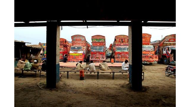 Conductores descansan en camas en una parada de camiones fuera de Faisalabad