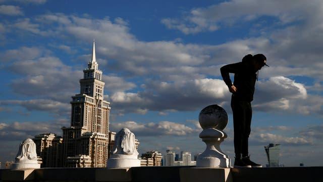 Grigory Shukhov del equipo Rudex camina por el borde de una terraza en Moscú, Rusia.