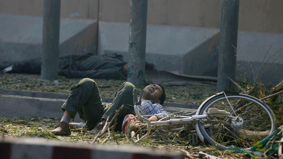 Un hombre herido en el suelo espera atención médica en medio de la desesperación de las personas . Foto: Reuters