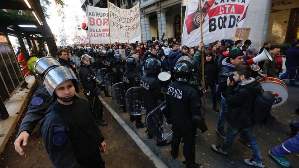 En la puerta del Ministerio de trabajo esperan un repuesta a sus reclamos. Foto: LA NACION / Ricardo Pristupluk