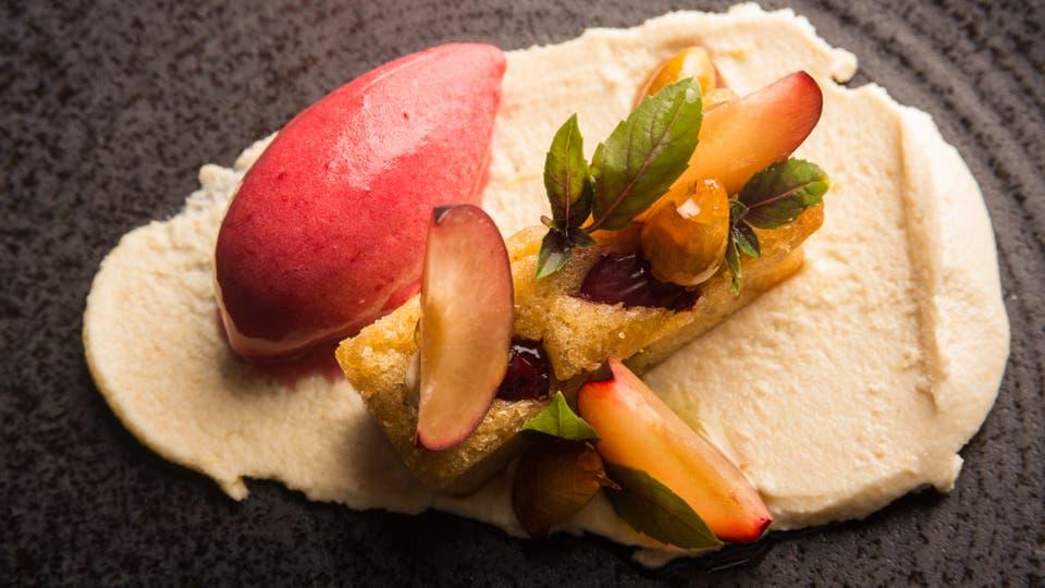 Crema de almendras y clafoutis de ciruelas con hojas de albahaca y un toque de aceite de oliva