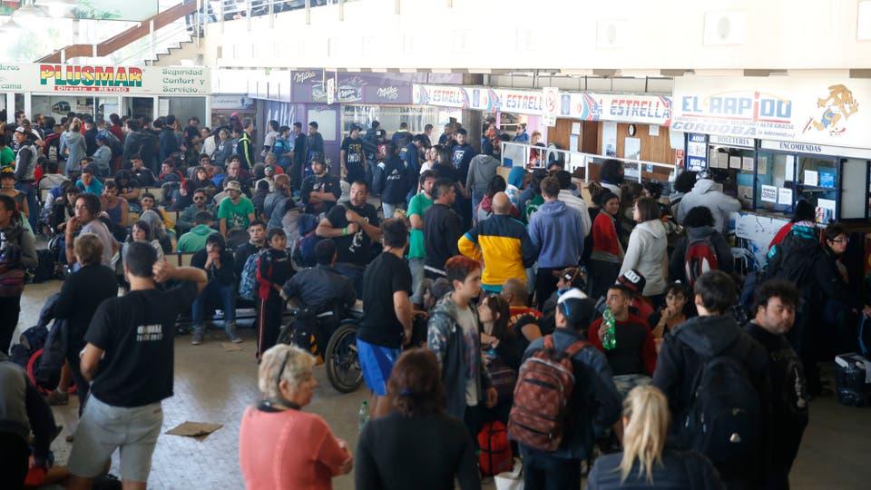 La terminal repleta de genta que intenta poder viajar a alguna parte. Foto: LA NACION / Mauro V. Rizzi / Enviado especial