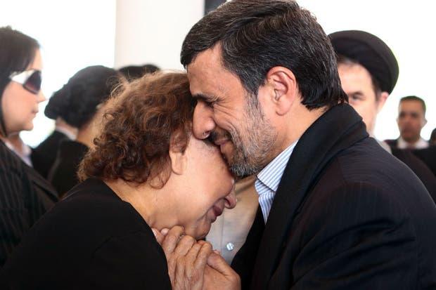 La imagen de Ahmadinejad con la madre de Chávez fue difundida por el gobierno de Venezuela