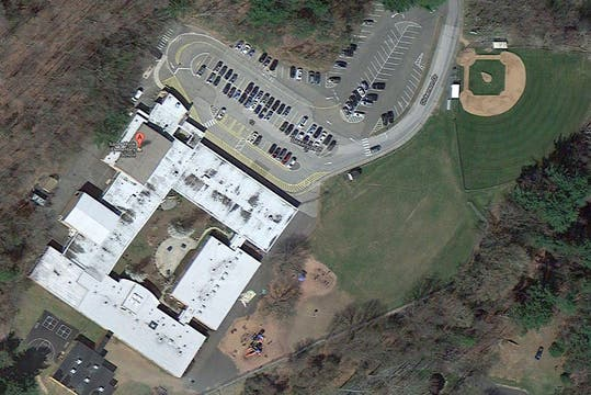 Vista aérea de la escuela. Foto: AP / Google