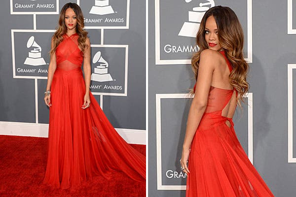 Rihanna eligió un vestido rojo de gasa con top transparente y escote en la espalda, de Azzedine Alaia. Foto: AFP