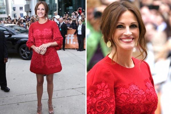 Julia Roberts en rojo furioso por Dolce Gabbana y accesorios color nude ¡Perfecta elección!. Foto: Corbis