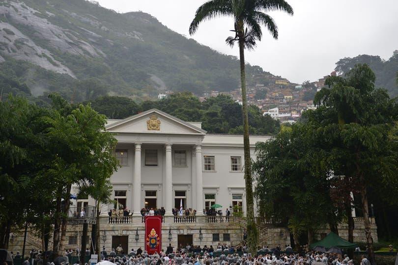 El jueves por la mañana, el papa argentino bendijo la bandera de los Juegos Olímpicos que Rio organizará en 2016. Foto: AFP