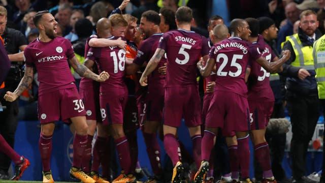 Nicolás Otamendi celebra con sus compañeros el gol de De Bruyne