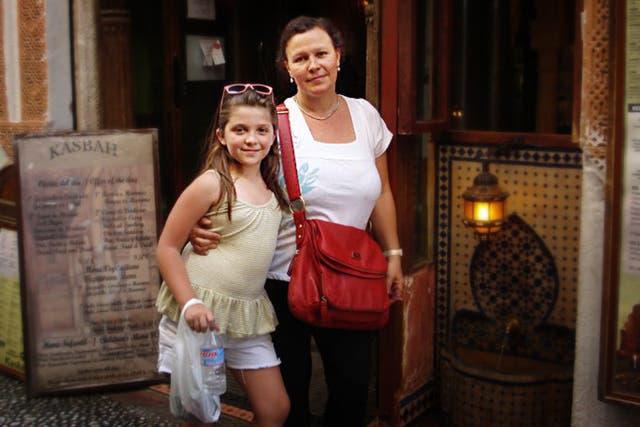 Perla, junto a su hija Chiara, de paseo por Granada, España