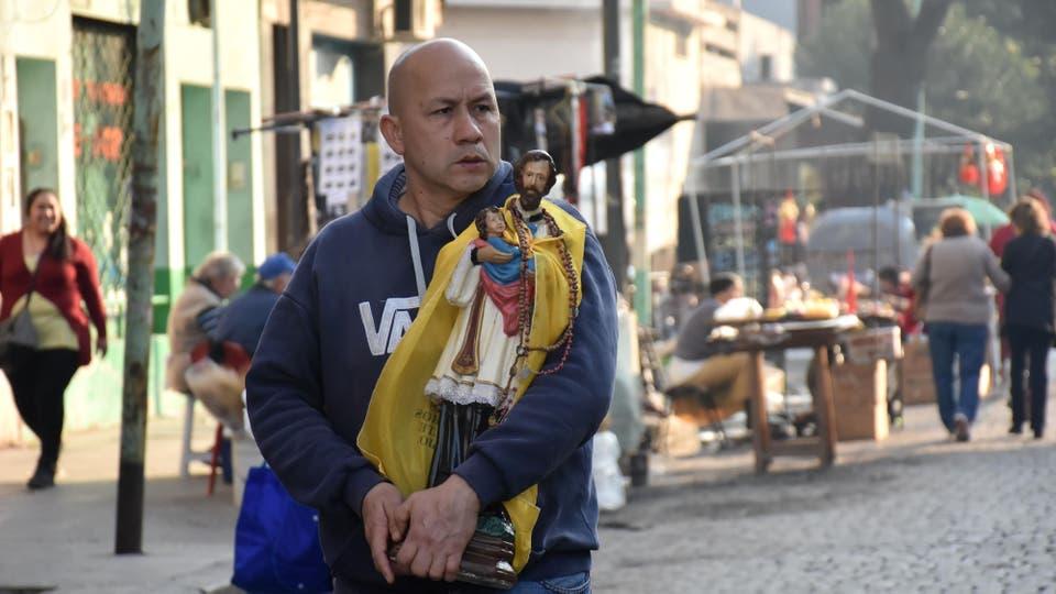 Un hombre lleva la imagen de San Cayetano. Foto: DyN