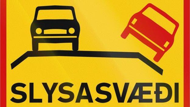 Un cartel en islandés que alerta de un área de accidentes
