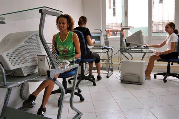 Empleadas cubanas en una oficina gubernamental. El gobierno liberó el acceso a Internet, hasta ahora restringido sólo para empresas y instituciones