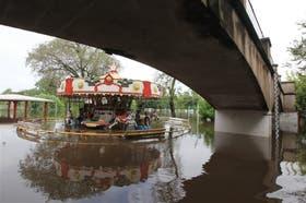 En Luján ni la calesita se salvó de la inundación