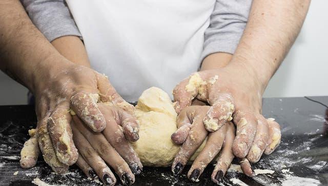 Un gran amor se puede amasar en la cocina y a cuatro manos