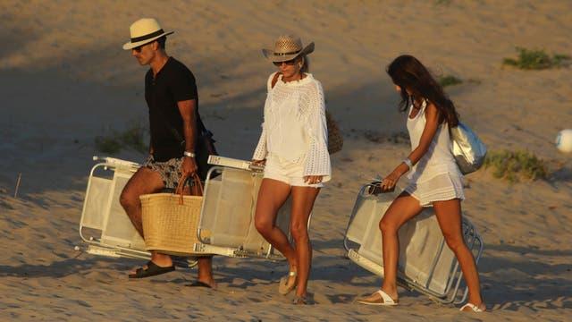 La familia Latorre, partiendo de la playa de Punta