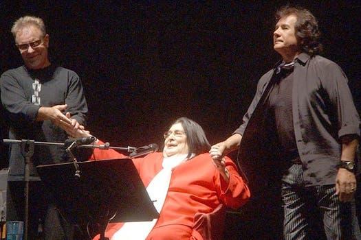 Sobre un escenario junto a Heredia y Gieco, en 2007 en Cosquín.. Foto: Archivo