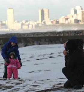 Las playas de Mar del Plata ayer amanecieron cubiertas de nieve y fueron el escenario de juego de chicos y grandes