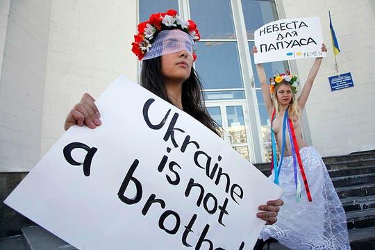 En Ucrania, un grupo de activistas protestó mostrando sus partes íntimas contra un particular sorteo en Nueva Zelanda. Foto: AP
