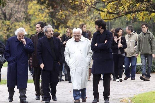 Los familiares del escritor en el cementerio donde descansarán sus restos. Foto: DyN