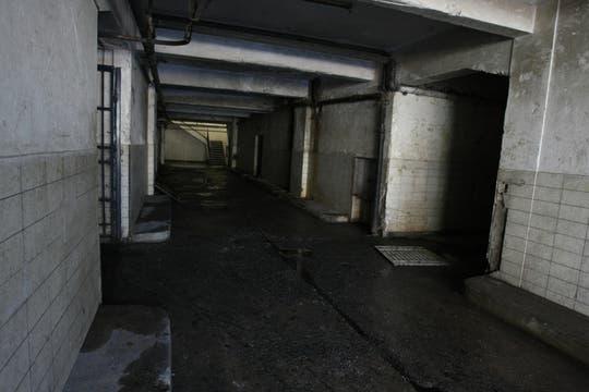 Uno de los pasillos por donde pasan los internos y profesionales. Foto: lanacion.com / Guadalupe Aizaga