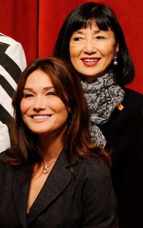 Miyuki Hatoyama, junto a Carla Bruni en una foto grupal en el marco de una cumbre del G-20
