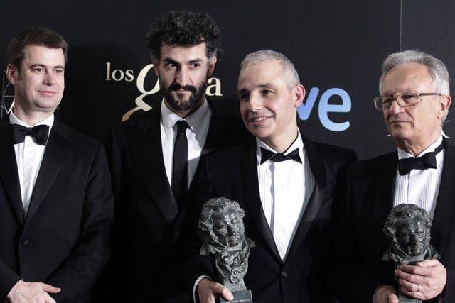 El director Pablo Berger, acompañado por los productores de la cinta Blancanieves, posa tras recibir el Goya a la mejor película