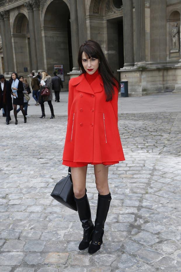 Caroline Sieber con un impactante conjunto rojo y negro. ¡Divino el tapado! ¿Qué opinas?. Foto: Gentileza Brandy PR
