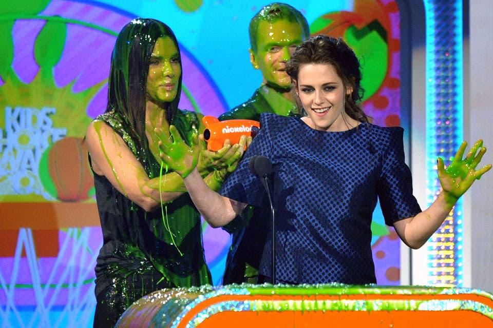 Sandra Bullok y Neil Patrick Harris, luego de ser bañados en la conocida sustancia verde, le entregaron el premio de actriz favorita a Kristen. Foto: /AP