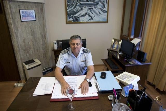 Müller en su escritorio en la casa central de LADE, en Perú al 700
