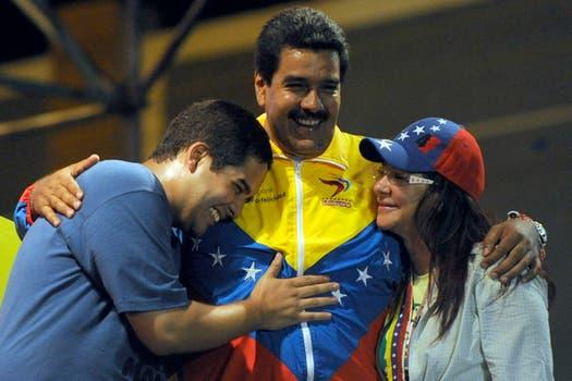 Maduro y una postal conocida, junto a su hijo, Nicolás, y su actual mujer, Cilia Flores. Foto: Archivo