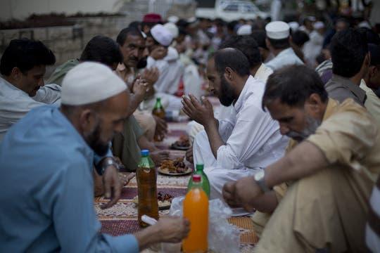 A la espera de la comida; el ayuno es deber del musulmán adulto. Foto: AP