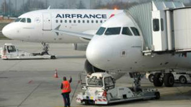 Asistentes del vuelo de Air France descubrieron a la niña en un bolso de tela.