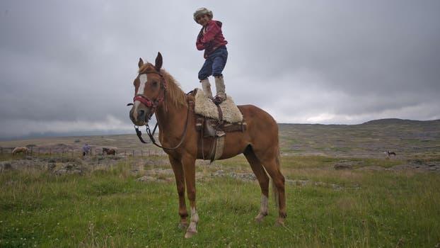 Thiago, de 7 años, de San Lorenzo, con su caballo Meteoro acompaña a su papá en la cabalgata. Foto: LA NACION / Diego Lima