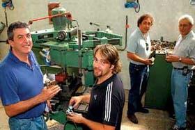 Los cuatro socios de Descorjet, en su taller de Lanús