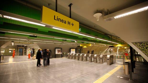 El vestíbulo de la estación Santa Fe de la línea H, listo para el estreno
