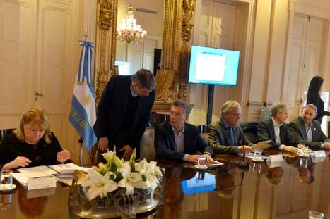 Marcos Peña, en la imagen con Macri en una de las últimas reuniones de Gabinete, confirmó que el Gobierno buscará un nuevo cuadro tarifario