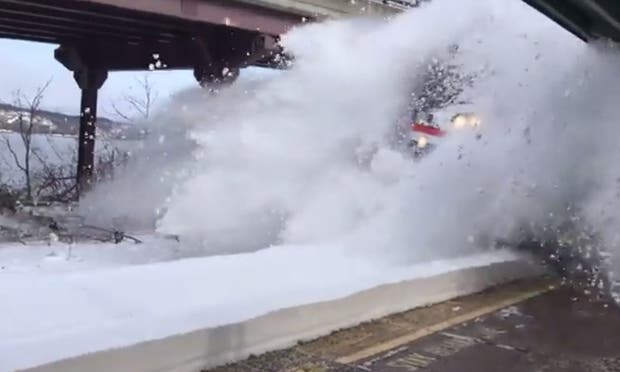 Tren arroja espectacular avalancha de nieve a pasajeros