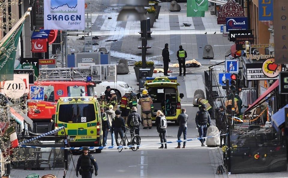 Los cadáveres permanecían en el piso mientras las fuerzas de seguridad terminaban las pericias foto: Reuters