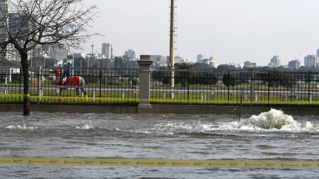 Se formó una laguna cerca del Hipódromo de Palermo por la rotura de un caño de AySA