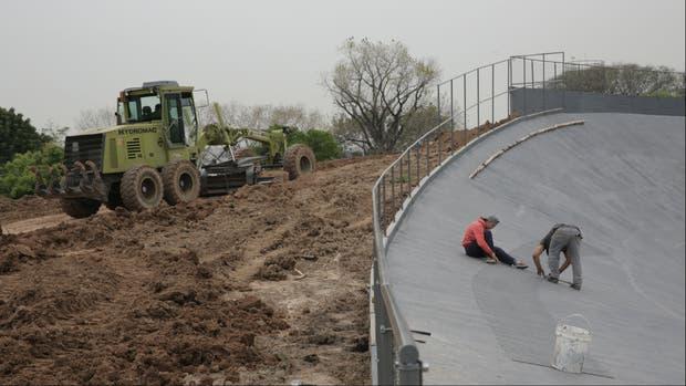 Obreros trabajan en lo que fue la pista del Velódromo