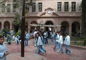 Los alumnos, vestidos informalmente, en el antiguo edificio