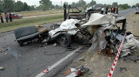 Uno de los dos autos, completamente destrozado