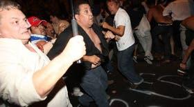 D´Elía anoche, en el momento de mayor tensión en Plaza de Mayo
